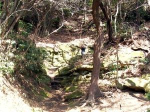 岩をくりぬいた道