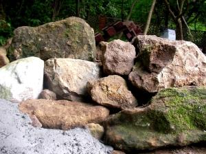 壁のような岩積み