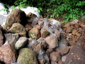 小石はモルタルで固定