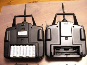 左:6EX、右:FF7の電池ケース