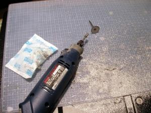 保冷材を当てながらリューターでアルミ塊を削る