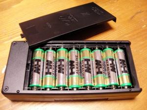 充電器は単三電池8本を内蔵