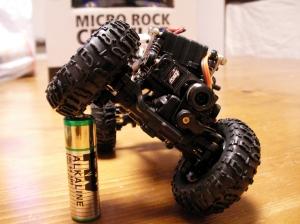 単三電池をようやく踏める。やっぱり小さい!