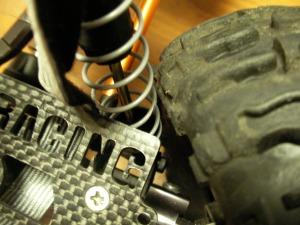 メカプレートとタイヤがギリギリ!